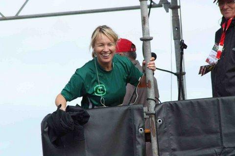 Årets starter Lene Espersen i speakertårnet - smider overtrækstrøjen  lige før hun selv skal af sted