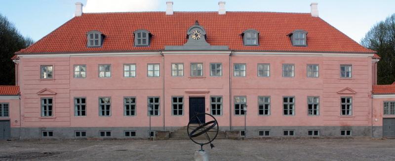 Hovedbygningen set fra gårdspladsen