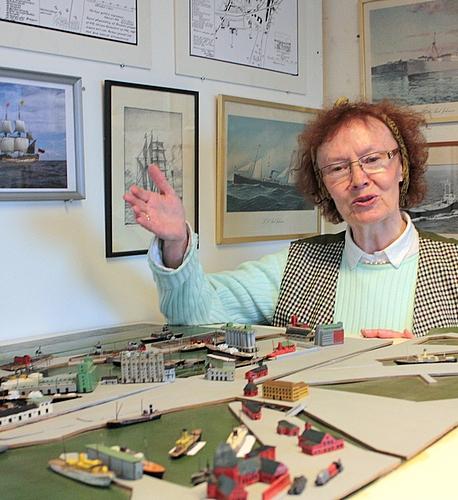 Ruth viser model af Århus Havn